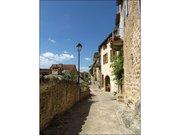 Une rue du village de Peyre en Aveyron