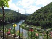 Vue sur le viaduc de Millau depuis le village de Peyre