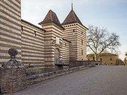 Laréole - Le chateau - Façade Nord Est - portail et les communs