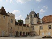 Le Chateau de l'Oisellerie de l'interrieur de la cour la Couronne