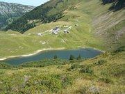 Le lac et les chalets de Lessy