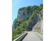 La route est en bordure de falaises dans l'ascension du Grand Colombier par le versant de Culoz